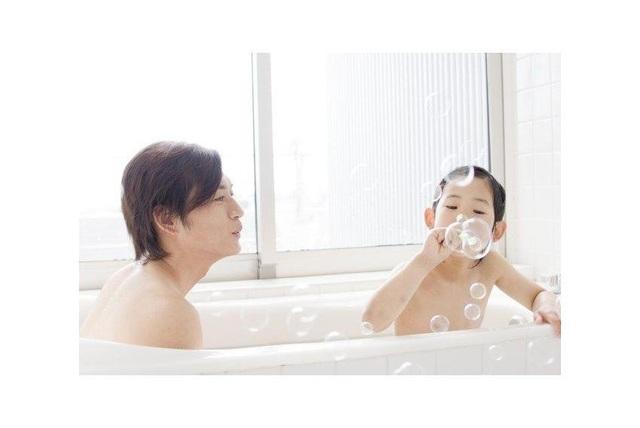 Con gái tắm chung với bố: Chuyện lạ ở Nhật Bản - 2