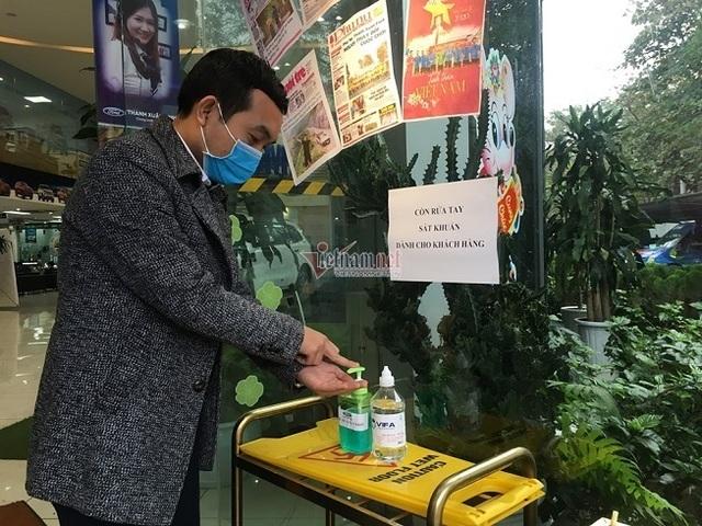 Dân bán ô tô thời dịch corona kín bưng khẩu trang, hạn chế bắt tay - 3