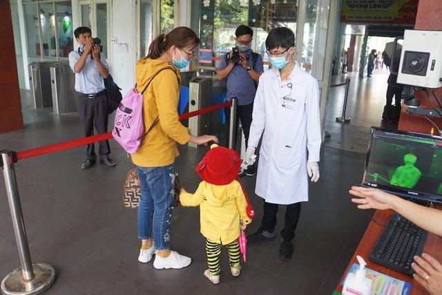 Chốt kiểm soát phát hiện, cách ly khách nghi nhiễm corona tại Tân Sơn Nhất - 11