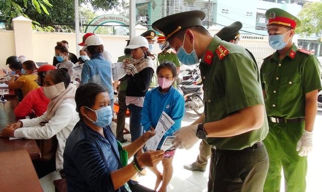 Công an Kiên Giang phát khẩu trang cho người dân đến làm thủ tục hành chính - 2
