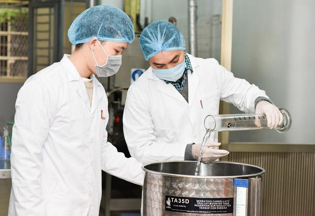 Trường ĐH Bách khoa Hà Nội sản xuất dung dịch khử khuẩn phòng virus corona  - 3