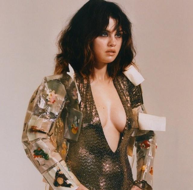 Selena Gomez bất ngờ chụp ảnh táo bạo - 2