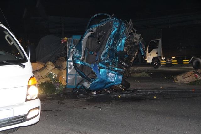 Xe tải nát bét sau cú tông xe khách, nhiều người bị thương - 2