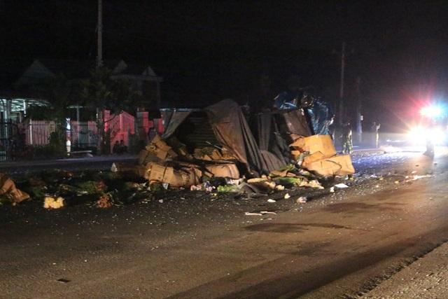 Xe tải nát bét sau cú tông xe khách, nhiều người bị thương - 1