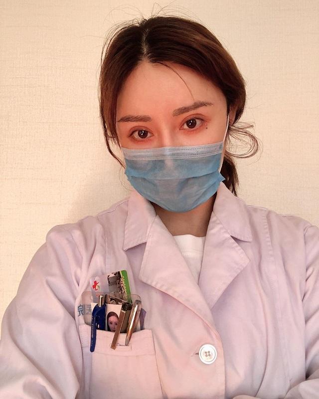 """Sắc vóc của nữ bác sĩ """"cơ bắp cuồn cuộn"""" đang chiến đấu với virus corona - 2"""