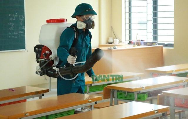 Hà Nội: Phun khử trùng lần 3, chuẩn bị tình huống học sinh đi học trở lại - 1