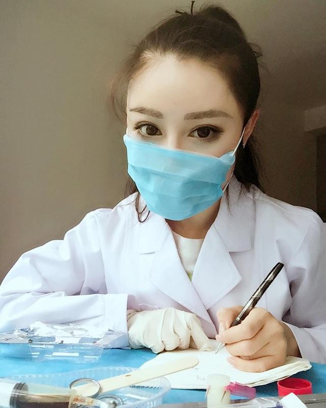 """Sắc vóc của nữ bác sĩ """"cơ bắp cuồn cuộn"""" đang chiến đấu với virus corona - 3"""