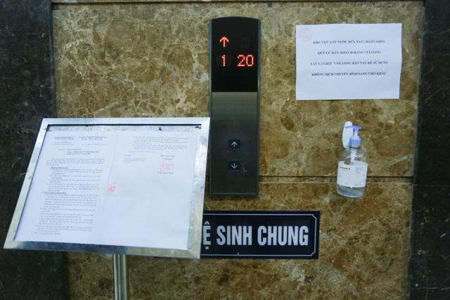 Chung cư Hà Nội dùng độc chiêu bọc nilon thang máy, phòng dịch corona - 2