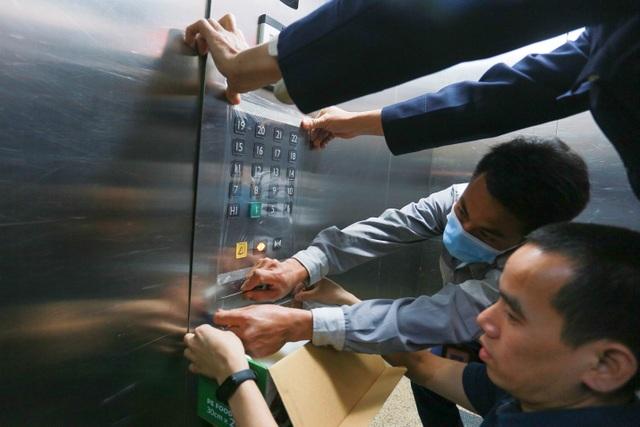 Chung cư Hà Nội dùng độc chiêu bọc nilon thang máy, phòng dịch corona - 4