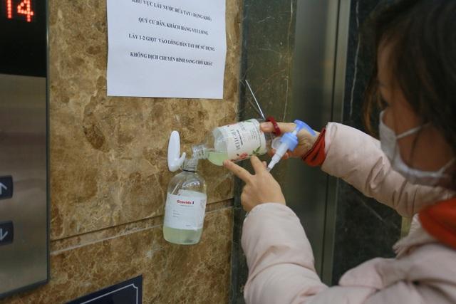 Chung cư Hà Nội dùng độc chiêu bọc nilon thang máy, phòng dịch corona - 7