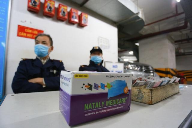 Chung cư Hà Nội dùng độc chiêu bọc nilon thang máy, phòng dịch corona - 8