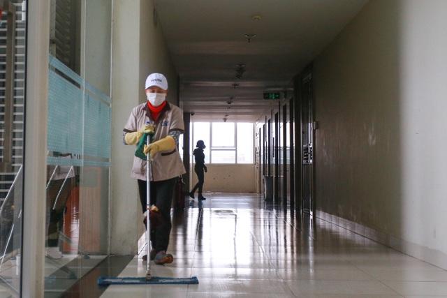 Chung cư Hà Nội dùng độc chiêu bọc nilon thang máy, phòng dịch corona - 11