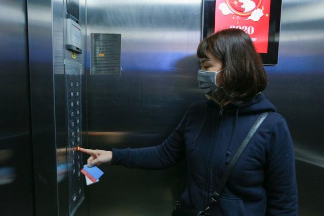 Chung cư Hà Nội dùng độc chiêu bọc nilon thang máy, phòng dịch corona - 13