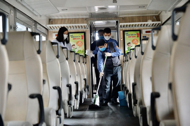 Cận cảnh khử trùng chống dịch cúm trên đoàn tàu Thống Nhất - 8