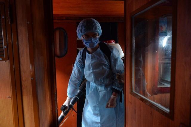 Cận cảnh khử trùng chống dịch cúm trên đoàn tàu Thống Nhất - 6