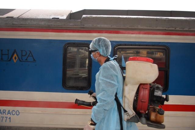 Cận cảnh khử trùng chống dịch cúm trên đoàn tàu Thống Nhất - 2