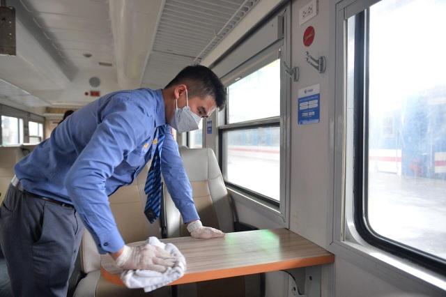 Cận cảnh khử trùng chống dịch cúm trên đoàn tàu Thống Nhất - 10