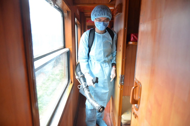 Cận cảnh khử trùng chống dịch cúm trên đoàn tàu Thống Nhất - 4