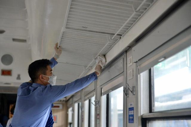 Cận cảnh khử trùng chống dịch cúm trên đoàn tàu Thống Nhất - 9