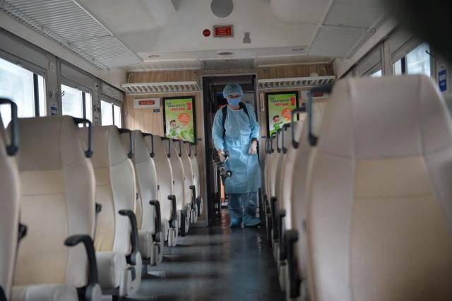 Cận cảnh khử trùng chống dịch cúm trên đoàn tàu Thống Nhất - 5