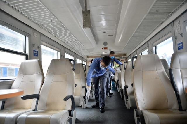 Cận cảnh khử trùng chống dịch cúm trên đoàn tàu Thống Nhất - 12