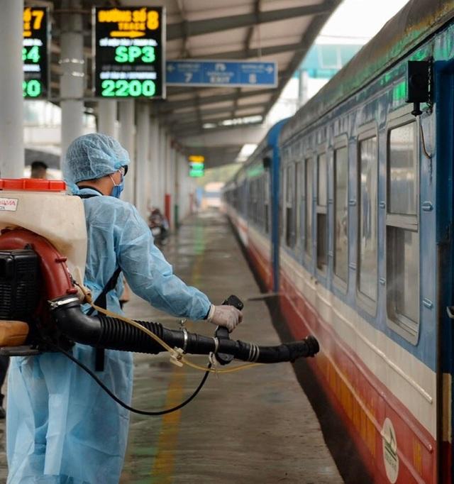 Cận cảnh khử trùng chống dịch cúm trên đoàn tàu Thống Nhất - 1