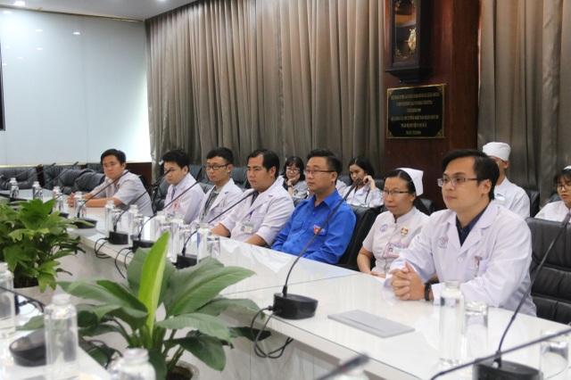 Thành Đoàn TPHCM đến động viên bác sĩ điều trị bệnh nhân virus corona - 1
