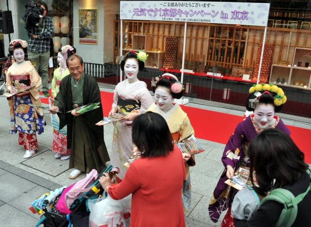 Tiếp xúc hàng trăm khách Trung Quốc mỗi ngày, nhân viên bán hàng nhiễm nCoV - 2