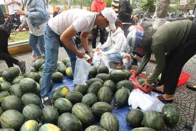 Người dân giải cứu dưa hấu bị ách tắc vì virus corona - 5