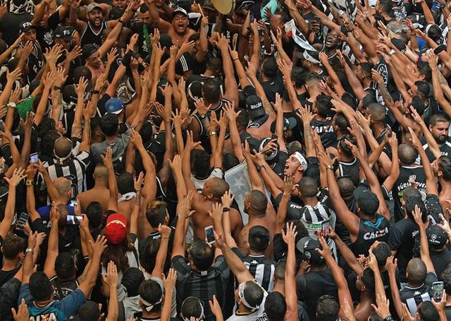 Biển người hâm mộ Brazil chào đón HLV đội tuyển Campuchia - 4
