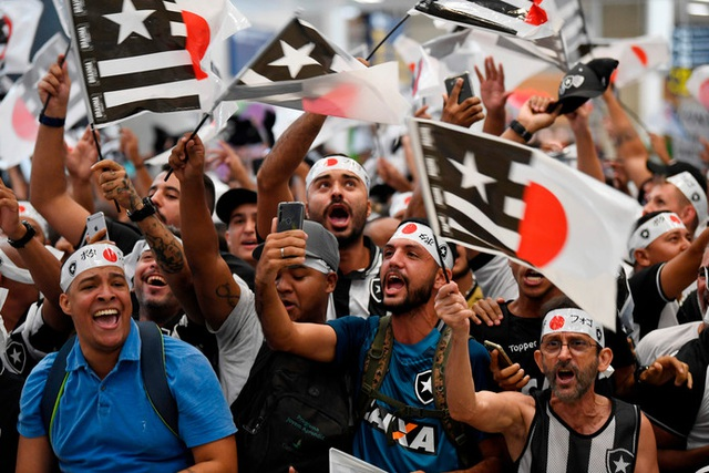 Biển người hâm mộ Brazil chào đón HLV đội tuyển Campuchia - 8