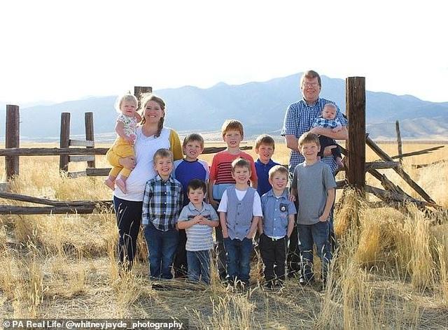 Cặp vợ chồng 10 năm sinh 10 đứa con - 1
