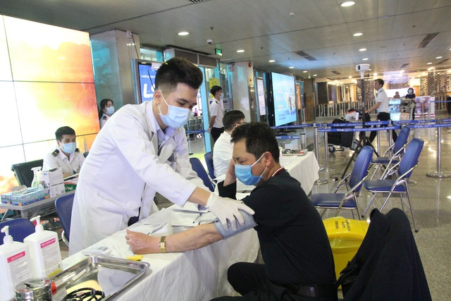 Chốt kiểm soát phát hiện, cách ly khách nghi nhiễm corona tại Tân Sơn Nhất - 8