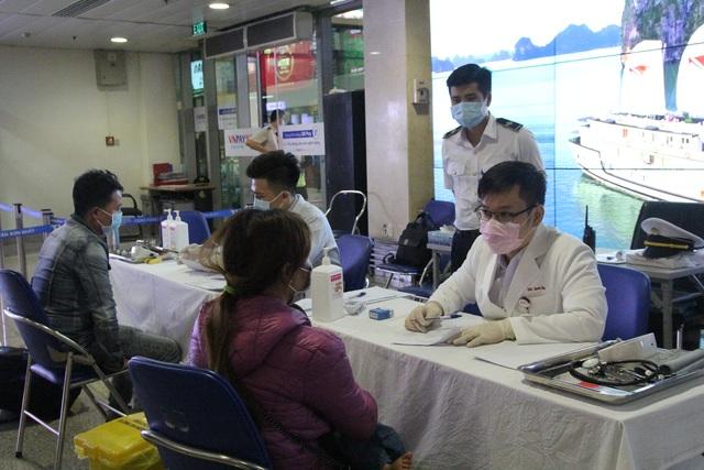Có ca bệnh mới, TPHCM lấy mẫu xét nghiệm nhân viên sân bay Tân Sơn Nhất - 2