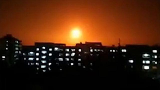 Máy bay chở gần 200 người suýt trúng hỏa lực ở Syria - 1