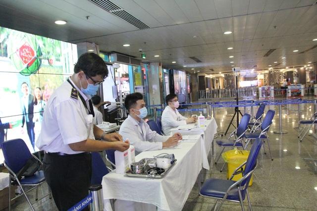 Chốt kiểm soát phát hiện, cách ly khách nghi nhiễm corona tại Tân Sơn Nhất - 1