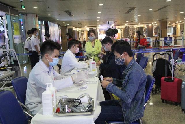 Một ngày, hàng trăm người Trung Quốc đến Tân Sơn Nhất từ nước trung gian - 2