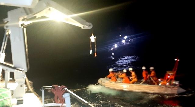 Xuyên đêm, ngược gió mùa Đông Bắc cứu 40 ngư dân trôi dạt ở Hoàng Sa - 1