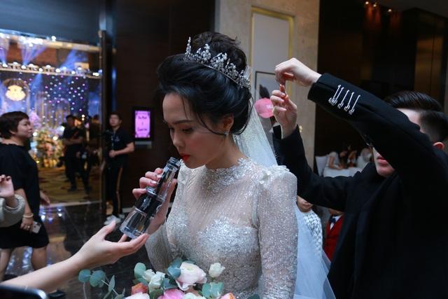 Đám cưới Duy Mạnh - Quỳnh Anh: Cô dâu, chú rể bật khóc vì xúc động - 7