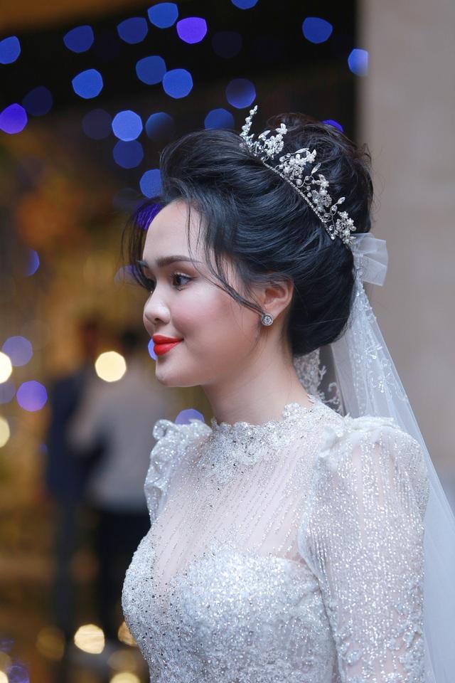Cô dâu của cầu thủ Duy Mạnh mặc váy cưới, trang sức kim cương tiền tỷ - 7