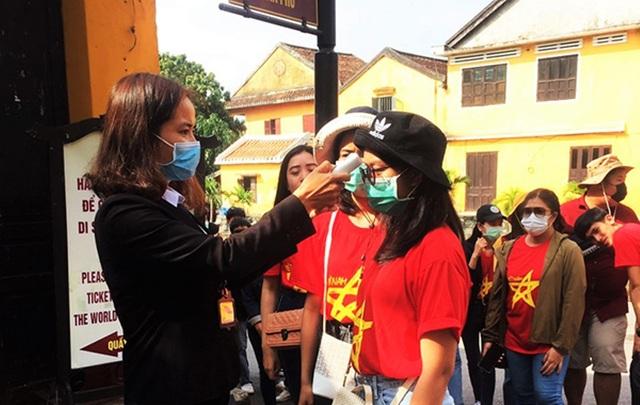 Hội An thắt chặt phòng ngừa dịch bệnh, du khách vẫn tấp nập tham quan - 4