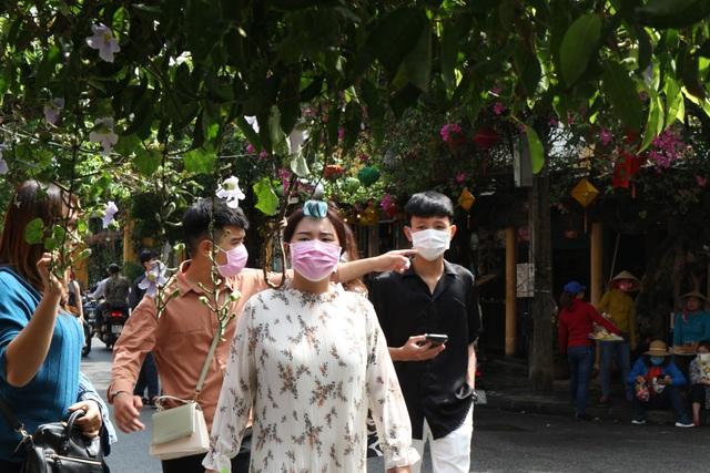 Hội An thắt chặt phòng ngừa dịch bệnh, du khách vẫn tấp nập tham quan - 5