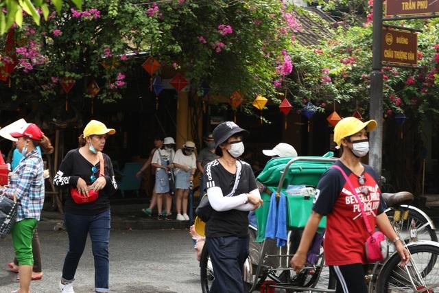 Hội An thắt chặt phòng ngừa dịch bệnh, du khách vẫn tấp nập tham quan - 6