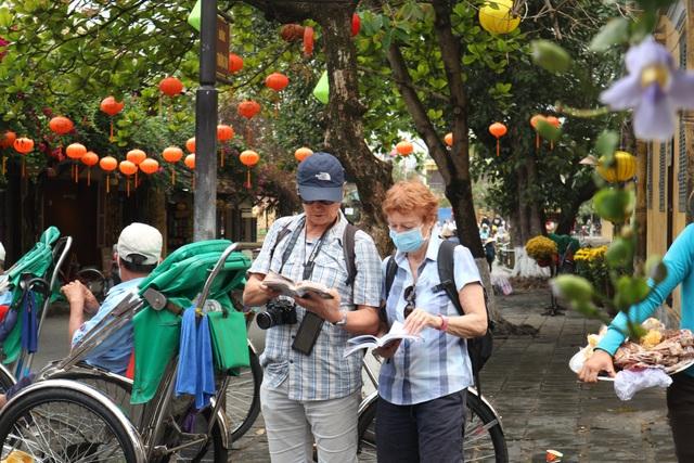 Hội An thắt chặt phòng ngừa dịch bệnh, du khách vẫn tấp nập tham quan - 7