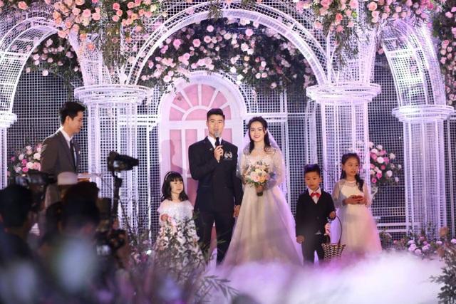 Cô dâu của cầu thủ Duy Mạnh mặc váy cưới, trang sức kim cương tiền tỷ - 6