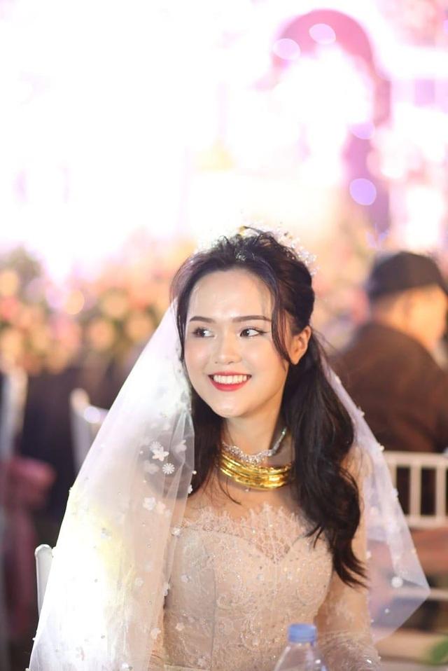 Cô dâu của cầu thủ Duy Mạnh mặc váy cưới, trang sức kim cương tiền tỷ - 2