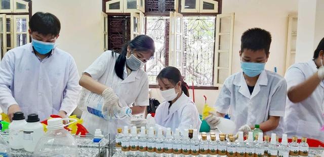 Thầy trò lớp 10 làm nước rửa tay phòng dịch Corona tặng các trường - 7