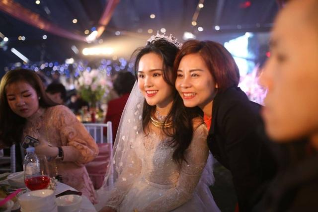 Cô dâu của cầu thủ Duy Mạnh mặc váy cưới, trang sức kim cương tiền tỷ - 4