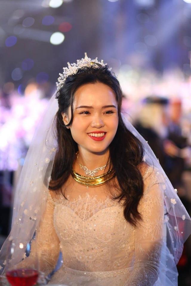 Cô dâu của cầu thủ Duy Mạnh mặc váy cưới, trang sức kim cương tiền tỷ - 3
