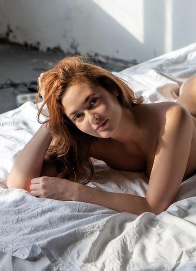 Nữ công chức bị đuổi việc vì chụp ảnh khỏa thân - 1